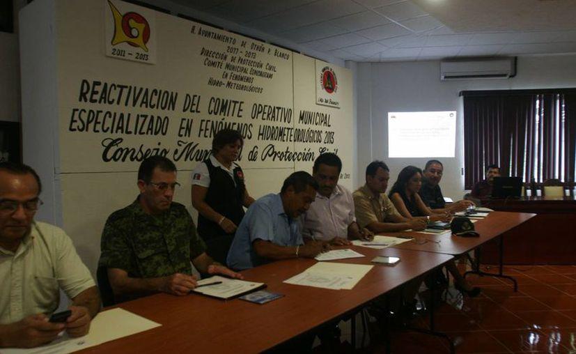 Autoridades municipales y militares encabezaron la reactivación del protocolo antihuracán. (Harold Alcocer/SIPSE)