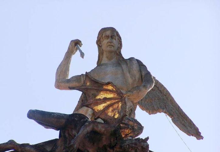 La escultura de San Miguel Arcángel y de Satanás que adornan el frontis de la catedral de Chilapa. (chilapa.guerrero.gob.mx)
