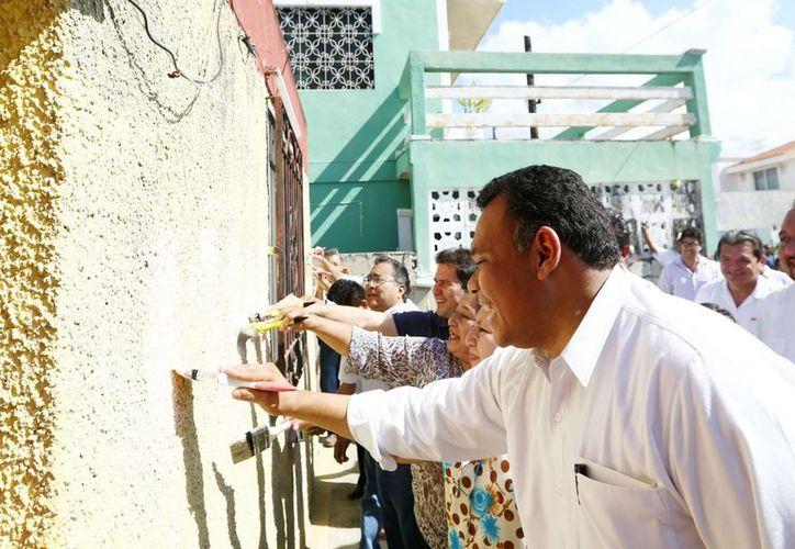El gobernador Rolando Zapata Bello da los primeros brochazos de Pintando tu bienestar en el Fraccionamiento del Parque. (SIPSE)