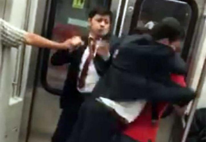 De acuerdo con los reportes, los hechos ocurrieron el martes en la estación Atlalilco de la Línea 12 del Metro, sin que ninguna autoridad interviniera (Foto: Facebook Excelsior)