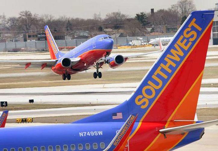 El vuelo de la compañía Southwest Airlines tuvo que aterrizar en el aeródromo Eppley para bajar al pasajero. (hoy.com.do)