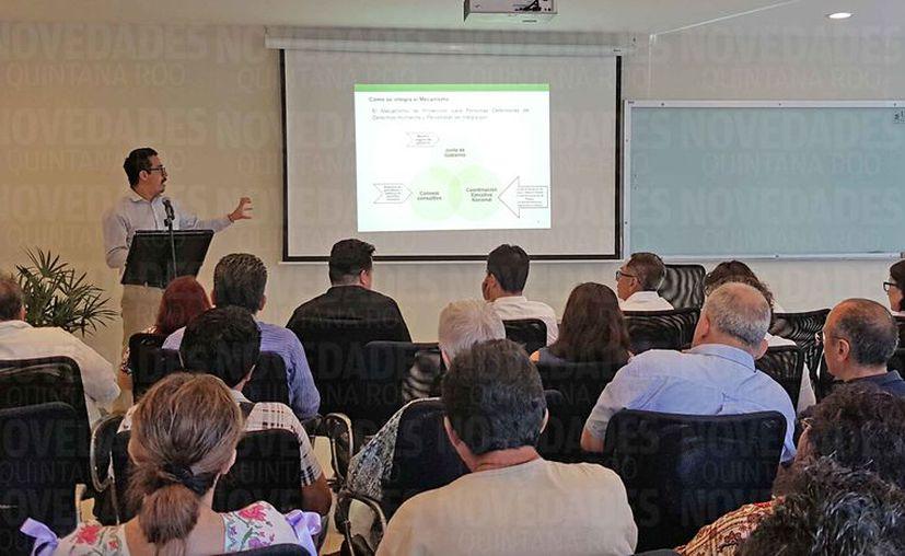 Periodistas y defensores de los derechos humanos acudieron a una charla impartida en la Universidad del Caribe. (Jesús Tijerina/SIPSE)