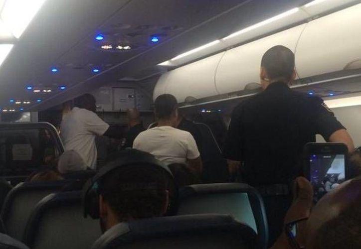La policía de Los Ángeles bajó a tres parejas 'negras' de un vuelo que se dirigía a Dallas. Diversos pasajeros acusaron a la aerolínea de rascista. (Twitter: tylergrosso)