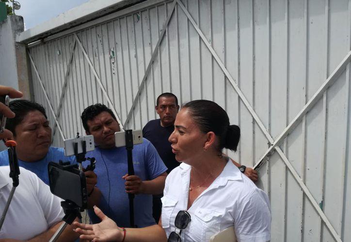 Elementos de seguridad impidieron la salida del Ayuntamiento a la octava regidora de Othón P. Blanco, Elvia Contreras Casteleyro.  (Daniel Tejada/SIPSE)
