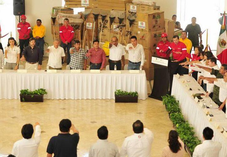 El secretario de Ecología y Medio Ambiente (Sema), Rafael Antonio Muñoz Berzunza, tomó la protesta a los integrantes del Comité Estatal de Prevención y Control de Incendios Forestales 2014. (Redacción/SIPSE)