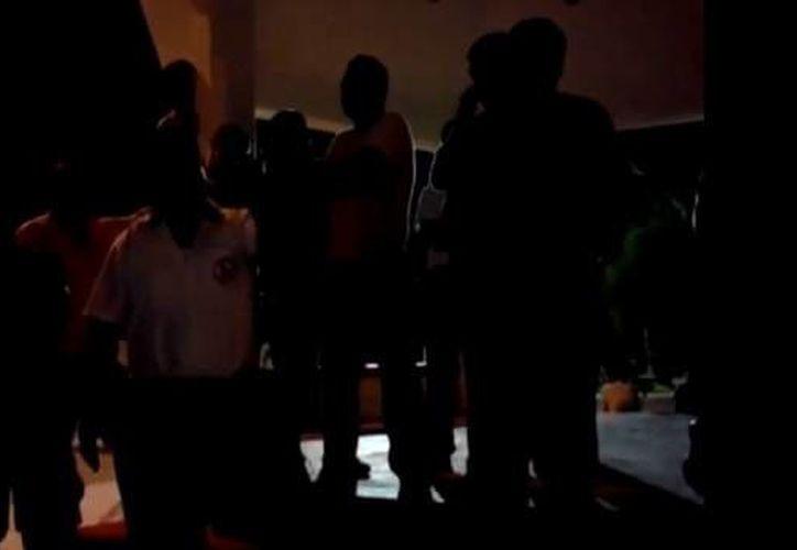 En el video, Gómez Mora se expresa ante un grupo de choferes del sindicato de taxistas de Tulum. (Youtube)