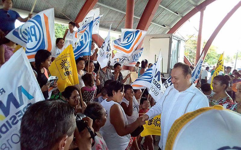 El candidato de los partidos PRD, PAN y MC, expuso su proyecto de ordenamiento comercial y turístico. (Redacción/SIPSE)