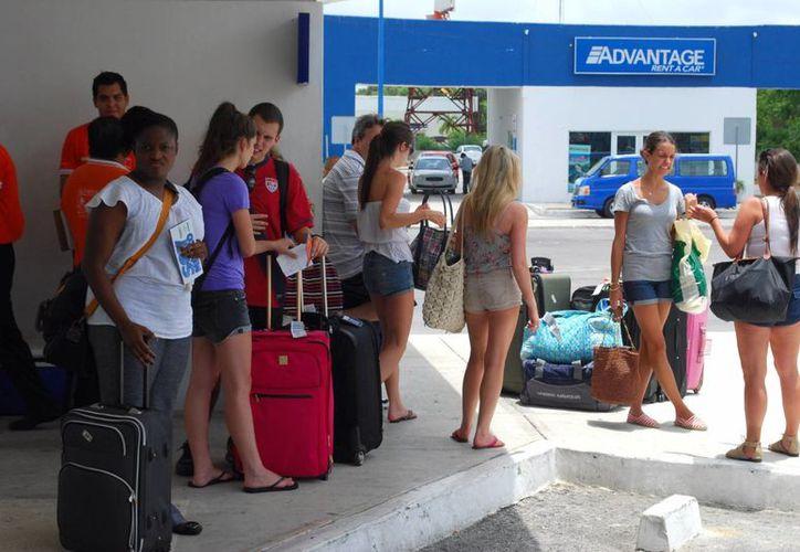 Los turistas esperaron por horas en el Aeropuerto Internacional de Cancún para abordar sus vuelos. (Tomás Álvarez/SIPSE)