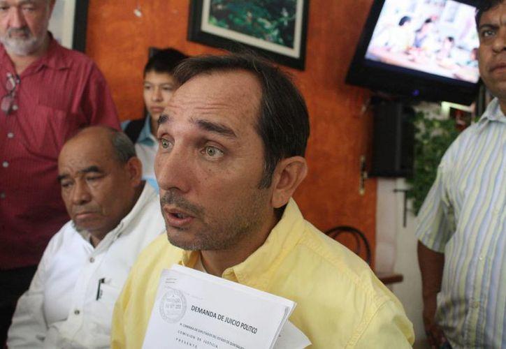 El ex regidor perredista Juan Carlos Beristáin Navarrete entregó la demanda. (Loana Segovia/SIPSE)