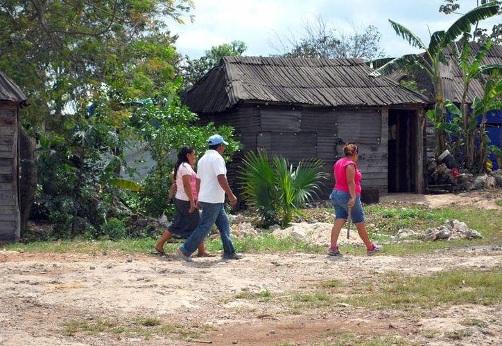En marzo pasado, ejidatarios de Cuna Maya y el Infovir, firmaron un convenio de trabajo para la regularización de los predios. (Tomás Álvarez/SIPSE)