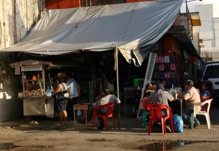 Autoridades advierten de lo peligroso que es para la salud comer en lugares insalubres. (SIPSE)
