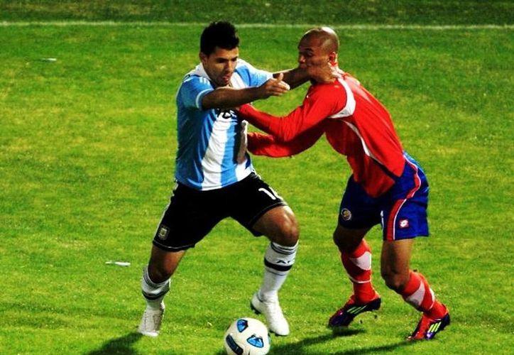 Heiner Mora (d), defensa de 29 años, se lastimó el tendón de Aquiles en un entrenamiento de la selección de Costa Rica esta semana. (EFE/ARCHIVO)