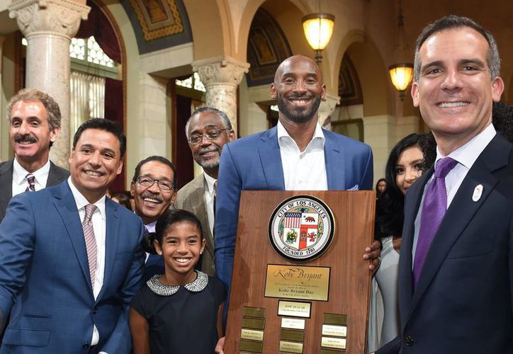 Kobe Bryant (c) con el Concejal de Los Angeles, Jose Huizar, y otras autoridades durante un reconocimiento en su honor. (Fotos: AP)
