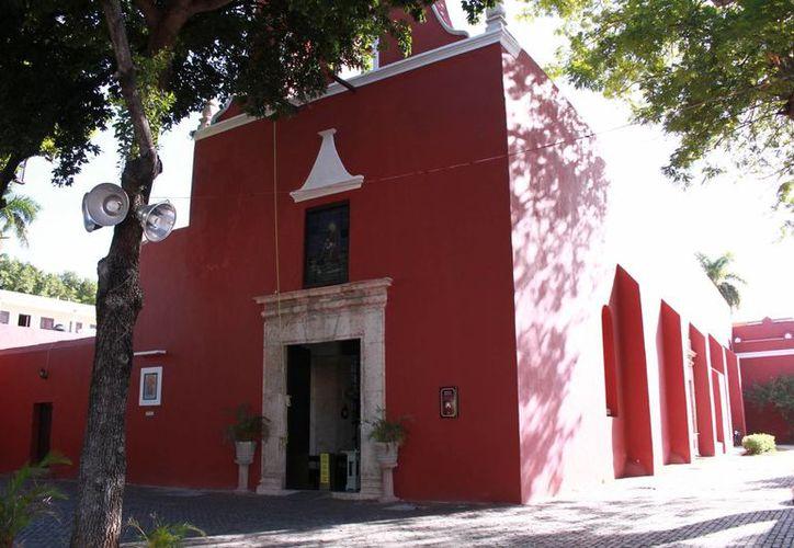La iglesia de Santa Lucía está ubicada en la calle 64 por 67 y 69, del Centro Histórico de Mérida. El lugar es también Rectoría de la Arquidiócesis de Yucatán. (Jorge Acosta/Milenio Novedades)