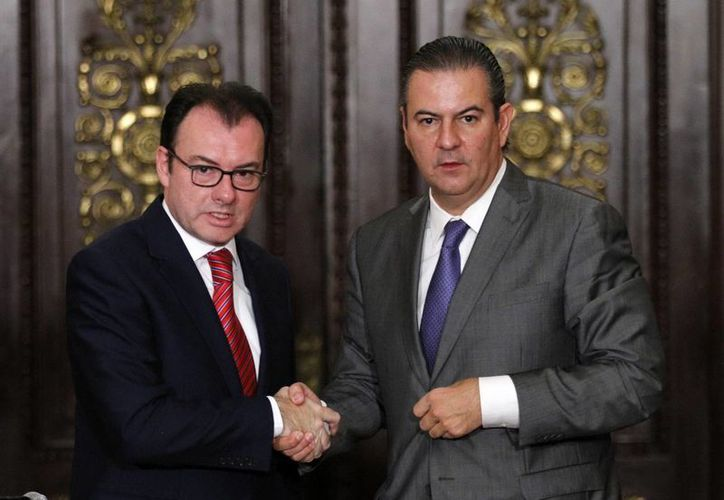 El secretario de Hacienda, Luis Videgaray (i), y el presidente del Consejo Coordinador Empresarial, Gerardo Gutiérrez Candiani. (Notimex)
