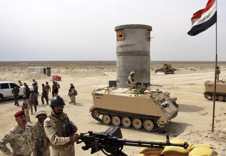 Varios soldados iraquíes vigilan la trinchera defensiva de Kerbala, al sur de Irak. (Archivo/EFE)