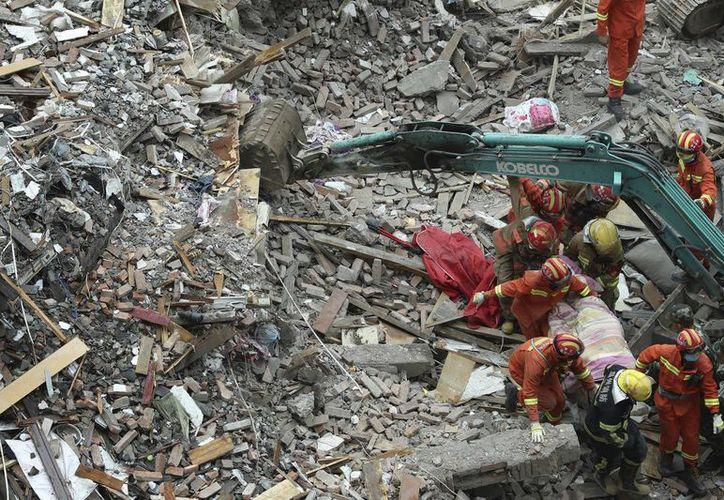 Los derrumbes afectaron a tres o cuatro edificios de viviendas, cada uno de seis pisos. (Chen Jianli/Xinhua vía AP)