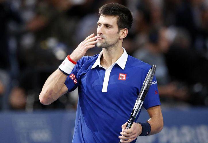 El serbio Novak Djokovic lanza un beso tras ganar su match contra Andy Murray en la final del torneo de París. (Agencias)