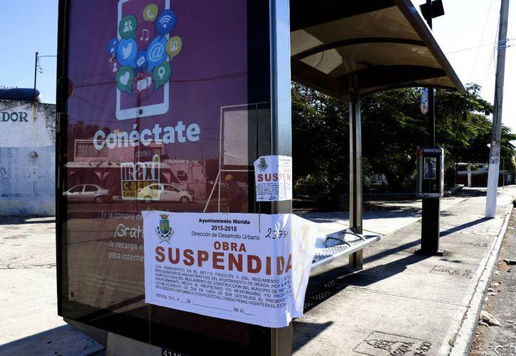 Los carteles con publicidad mostraban ayer la cinta de suspensión. (Milenio Novedades)