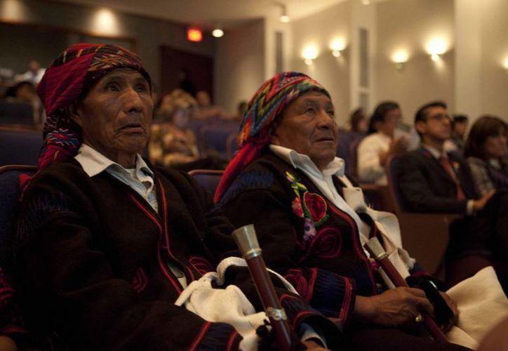 Sacerdotes mayas en la VI Convención Mundial de Arqueologia Maya, en la Universidad Francisco Marroquín, en Ciudad de Guatemala. (EFE)