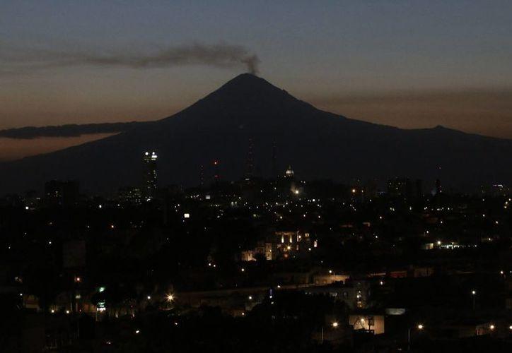Vista nocturna del volcán Popocatépetl, que registró este miércoles cuatro explosiones de baja intensidad, según informó el Cenapred. (Archivo/Notimex)