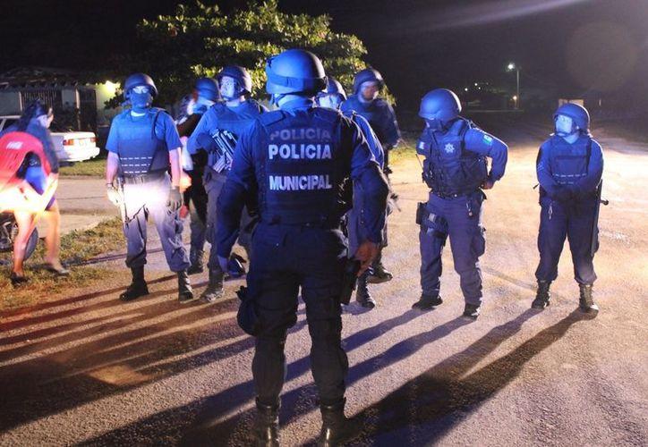 Elementos de Seguridad Público tuvieron trabajo, al registrarse varias riñas durante la velada. (Juan Carlos Gómez/SIPSE)