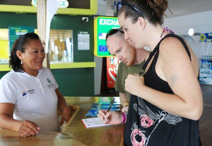 La Dirección de Turismo aplica encuestas a los turistas para conocer qué tan contentos están con su visita a Cozumel.  (Redacción/SIPSE)
