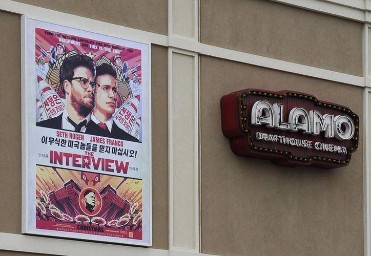 Anuncio del polémico filme 'The Interview' a las afueras del Drafthouse Cinema, en Houston, Texas, a unas horas de su estreno. (Foto: AP)