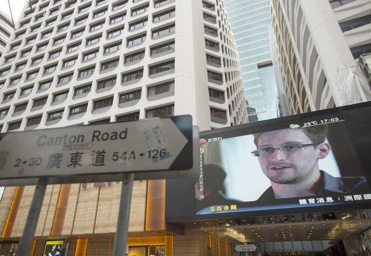 Imagen de Edward Snowden desplegada en una pantalla gigante en un programa de noticias en Hong Kong, China. (EFE/Archivo)