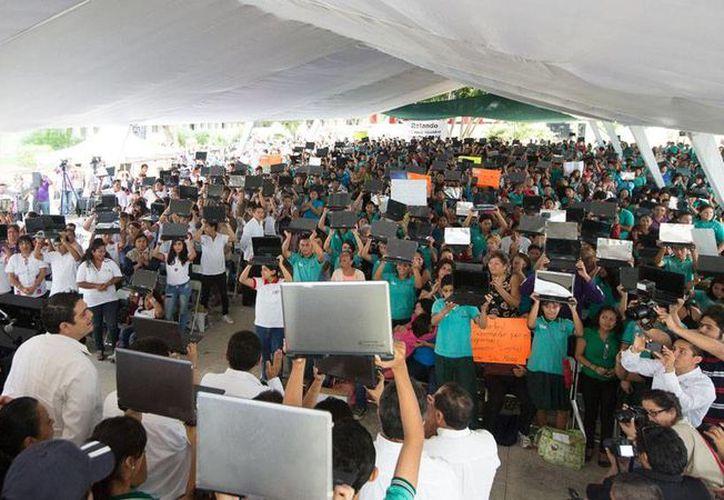 El Gobierno regaló ayer casi 1,300 computadoras a estudiantes de bachillerto de Yucatán, por medio del programa Bienestar Digital. (Cortesía)