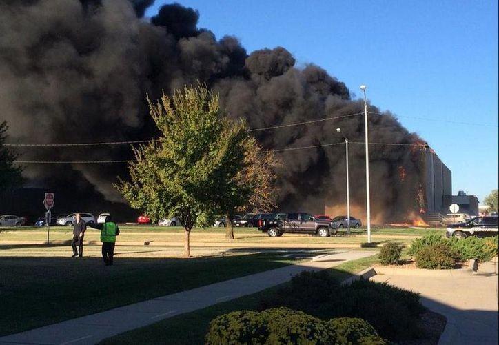 Los usuarios de las redes sociales publicaron imágenes del accidente en el   aeropuerto Mid-Continent, ubicado en Wichita, Kansas. (twitter.com/mojorisinhi)