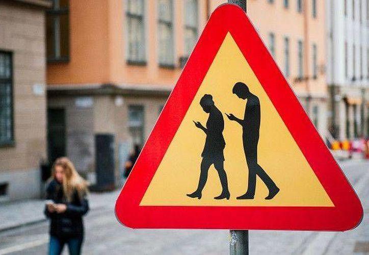 El uso del smartphone mientras se camina por la calle ha provocado que en algunas ciudades del mundo ya se advierta sobre la presencia de 'smombies'. (BBC Mundo)