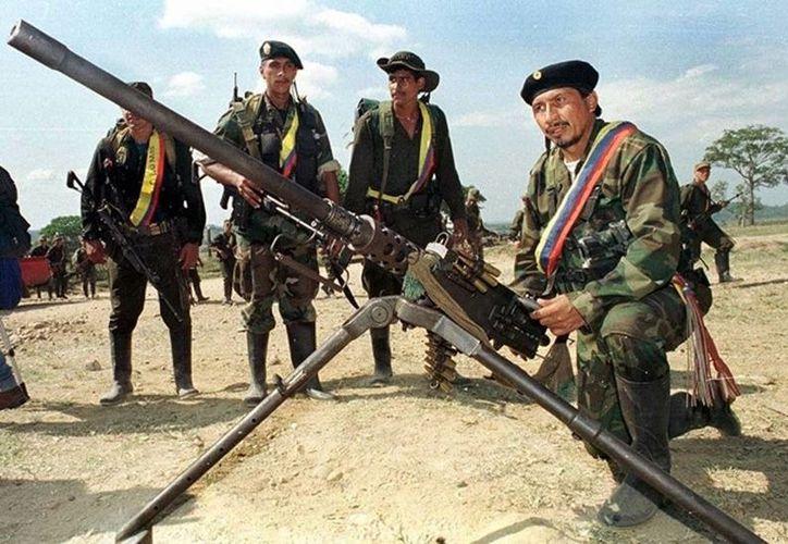 El gobierno colombiano y las FARC cumplieron este 19 de noviembre dos años de negociaciones continuas en La Habana, Cuba. Imagen de un grupo de guerrilleros en Colombia. (Archivo/Agencias)