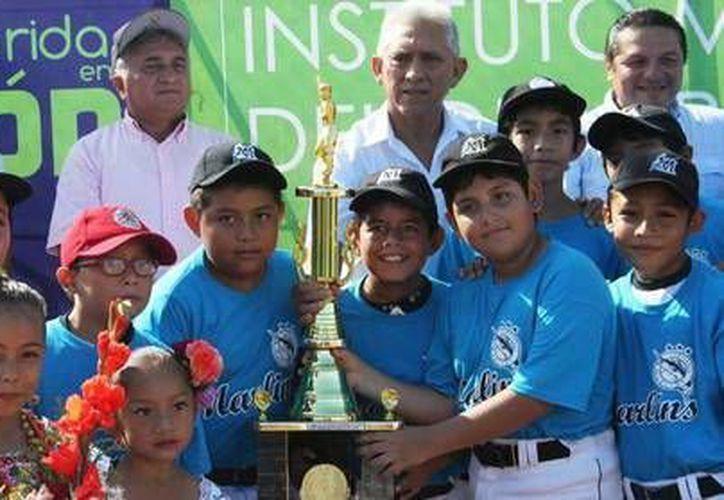 Desfilaron jugadores desde la categoría de T-ball a 15-16 años . Al centro, JJ Pacho. (Milenio Novedades)