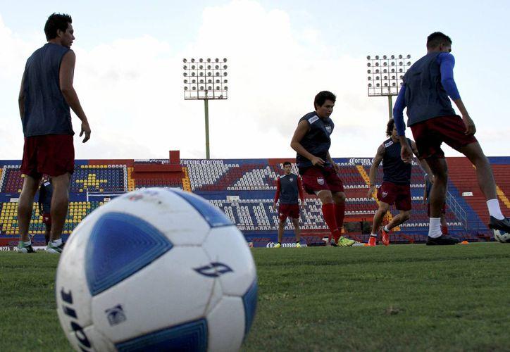 Los jugadores se encuentran en entrenamientos intensivos previo al Clausura 2015 del Ascenso MX. (Francisco Gálvez/SIPSE)