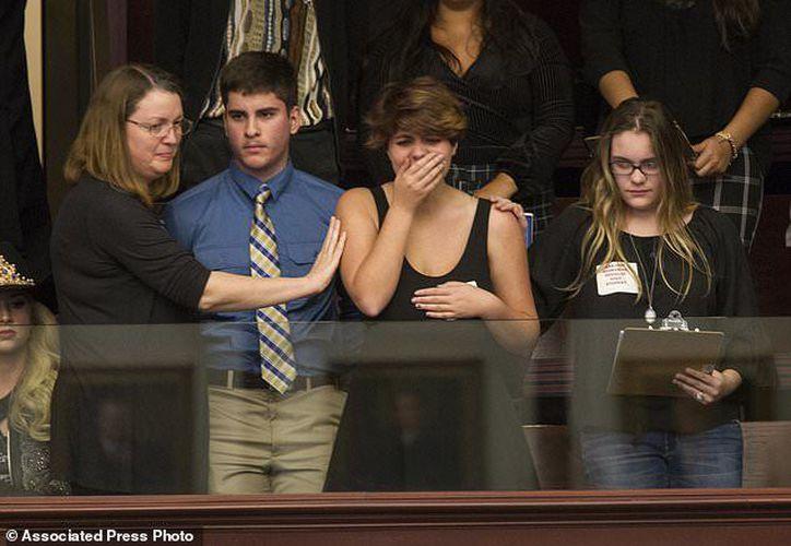 Una de las sobrevivientes del tiroteo en Parkland (segunda, de derecha  izquierda) llora tras la decisión de los legisladores. (AP)