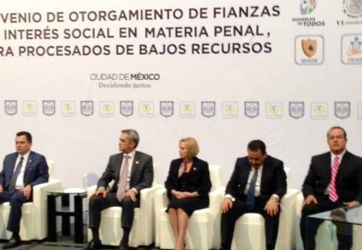 Mancera (segundo desde la izquierda) subrayó que las fianzas no se aplicarán a quienes sean procesados por delitos graves. (Milenio)
