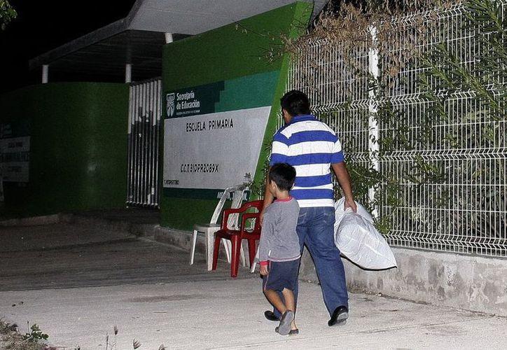 Desde el pasado jueves, padres de familia hacen fila a las puertas de la escuela 'Carlos Carrillo Vega' de Cd. Caucel. (SIPSE)