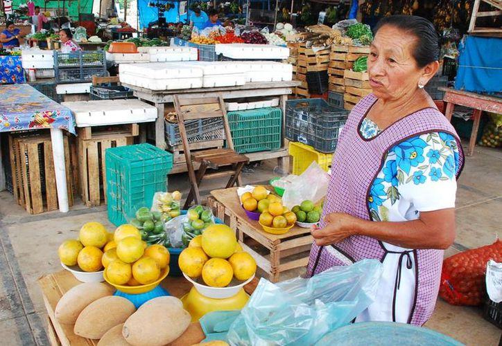 Comerciantes afirman que las personas que acuden a comprar se asustan cuando escuchan el precio de la fruta.  (Foto: Tony Blanco / SIPSE)