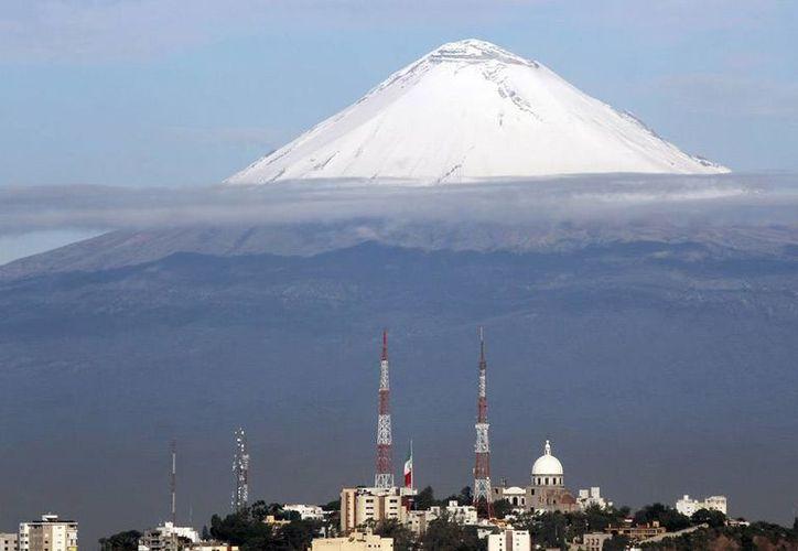 Las autoridades de Protección Civil alertaron a la población sobre las bajas temperaturas en diferentes partes del país. La imagen es del volcán Popocatépetl en cuya parte alta se aprecia la nieve caracaterística de la temporada invernal. La foto es de contexto. (Archivo/NTX)