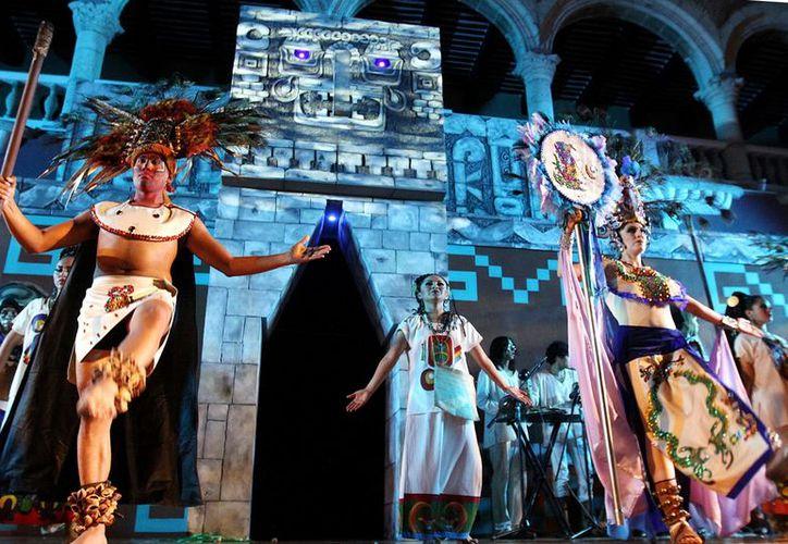 Danzantes ataviados como mayas ofrecieron su espectáculo frente al Ayuntamiento. (Milenio Novedades)
