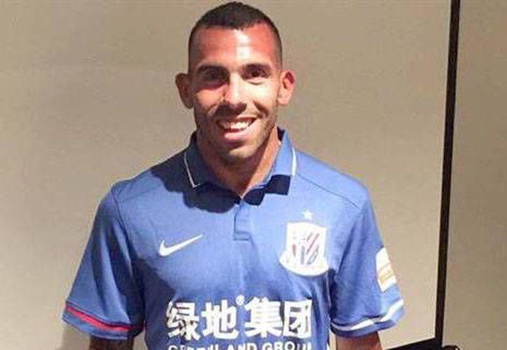 El equipo chino Shanghai Shenhua pagó once millones de dólares al Boca Juniors, para hacerse de los servicios del argentino Carlos Tevez.(Foto tomada de Twitter/Shanghai Shenhua)