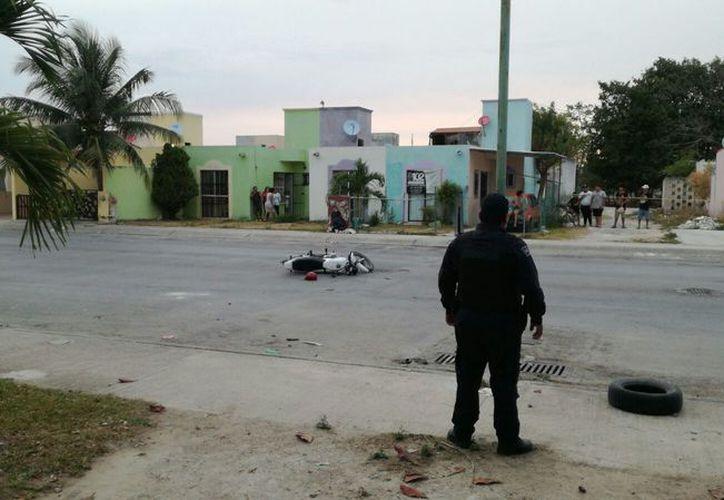 Al parecer, los pistoleros derraparon y dejaron la motocicleta tirada. (Eric Galindo/SIPSE)