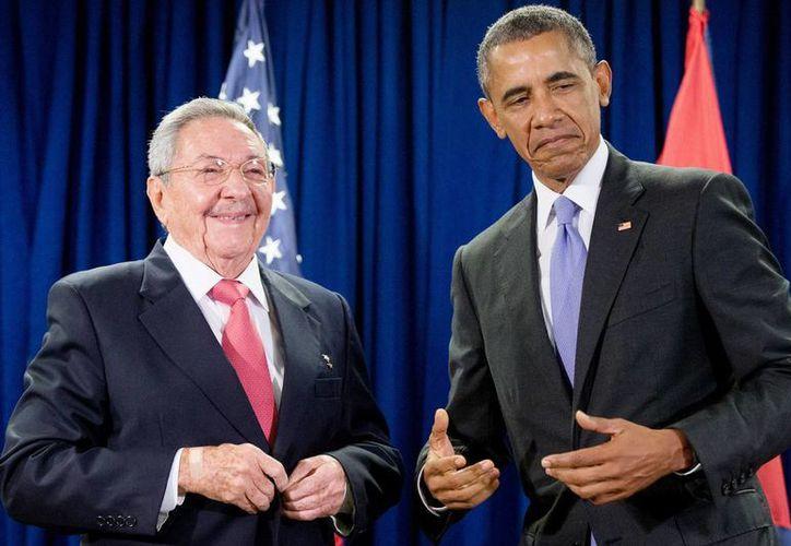 Raúl Castro (izq) y Barack Obama posan sonrientes para una foto antes de su encuentro en las Naciones Unidas, el segundo que mantienen los presidentes de Cuba y Estados Unidos en los últimos seis meses. (AP Photo/Andrew Harnik)