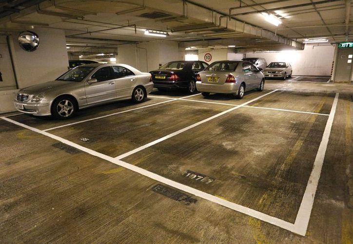 Un espacio de estacionamiento en una zona residencial de clase media será subastado con la oferta de apertura de 680 mil dólares de Hong Kong. (Agencias)