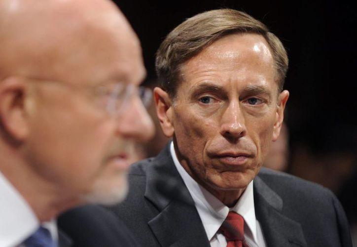 El general retirado estadounidense David Petraeus (de frente) renunció como director de la CIA en noviembre de 2012. (Archivo/EFE)