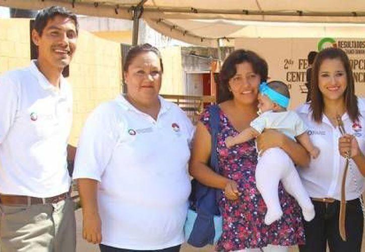 Los cancunenses asisten a las ferias de adopción de mascotas, que organiza el Centro de Atención Canina. (Cortesía)