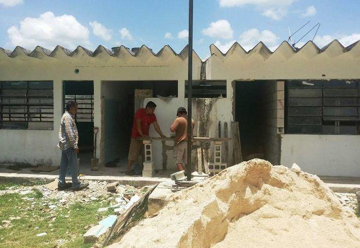 Los habitantes de la Rivera del río Hondo también contribuyeron en la construcción de las nuevas aulas, para el plantel del Conalep. (Edgardo Rodríguez/SIPSE)