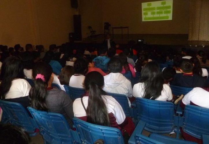 """Se impartió un taller dirigido a alumnos de la Escuela Secundaria """"Tierra y Libertad"""". (Raúl Balam/SIPSE)"""
