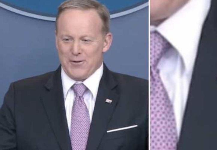 El portavoz de la Casa Blanca, Sean Spicer, se colocó de cabeza el pin de la bandera de Estados Unidos durante una conferencia de prensa. (RT)